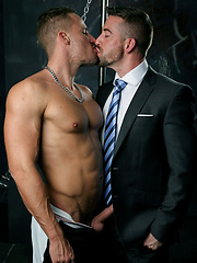 Blond, muscle hunk Tony Gys makes a return to MENATPLAY