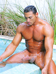 International muscle stud Rico Elbaz outdoor pics